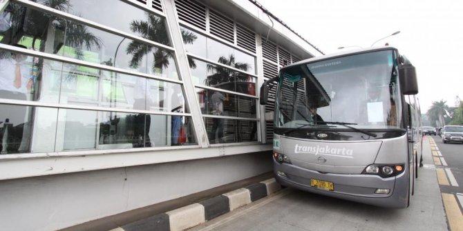 Halte bus Transjakarta samping bioskop Buaran dirusak orang